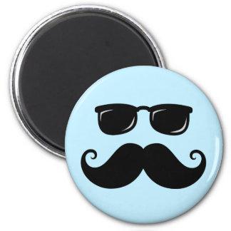 Roligt mustasch- och solglasögonansikte på blått kylskåpmagneter