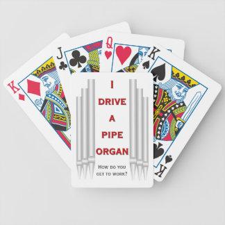 Roligt organ som leker kort spelkort
