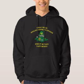 Roligt troll - människor i grönt hoodie