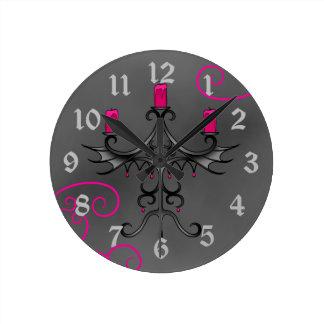 Romantisk gotisk kandelaber i shock rosa och grått rund klocka