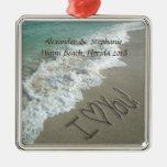 Romantisk kärlek på strandjulprydnaden julgranskula