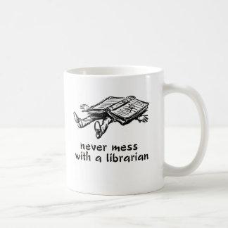 Röra aldrig med en bibliotekarie 2,0 kaffemugg