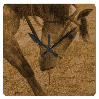 Rörelse kvadrerar väggen tar tid på fyrkantig klocka