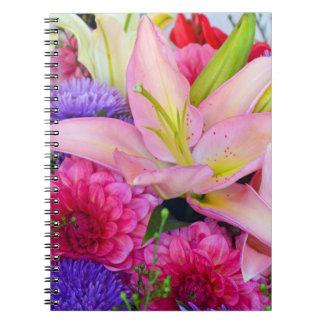 Rosa anteckningsbok för lilja- och