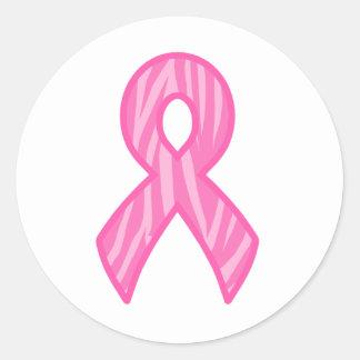 Rosa band med tigertryckbakgrund runt klistermärke