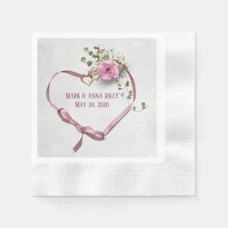 rosa bröllopbandhjärta med ringar och steg pappersservett