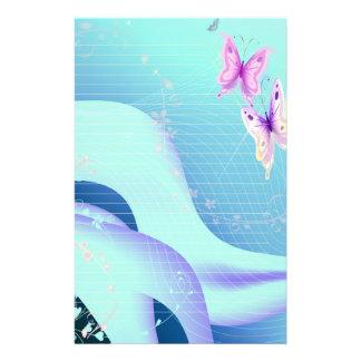 Rosa fjäril i vågar av stationära blått brevpapper