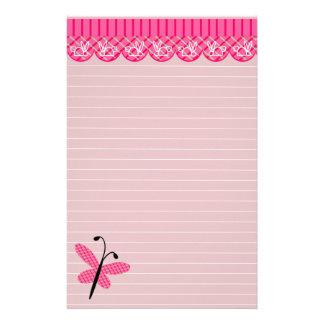 Rosa fjäril och snöre fodrat stationärt brevpapper