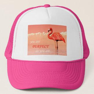 Rosa flamingo i vatten - 3D framför Truckerkeps