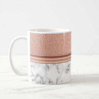 Rosa guld omkullkastar på marmor kaffemugg