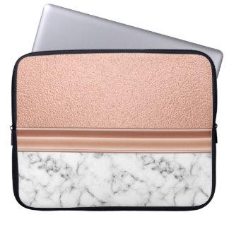 Rosa guld omkullkastar på marmor laptop fodral