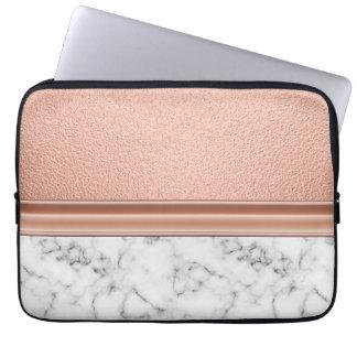 Rosa guld omkullkastar på marmor laptop sleeve