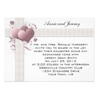 Rosa hjärtor virvlar runt bröllopinbjudan