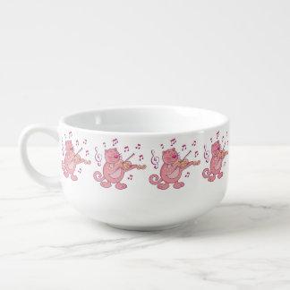 Rosa katt med fiolen stor kopp för soppa