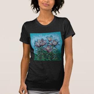 Rosa liljar i solig himmel tee shirts