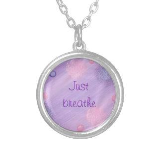 Rosa lilor och lavendel andas precis halsbandet silverpläterat halsband