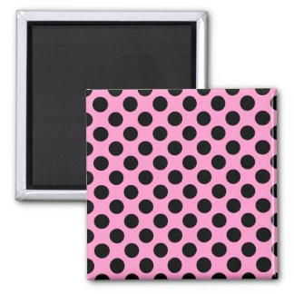 Rosa och svart polka dots magnet