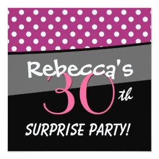 Rosa polka dots och svart modernt fyrkantigt 13,3 cm inbjudningskort