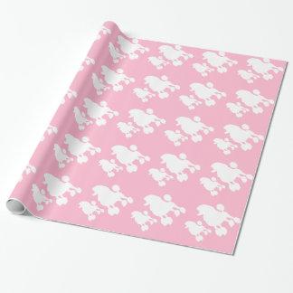 Rosa pudel som slår in papper presentpapper