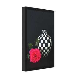 Rosa ros och en rutig vas canvastryck