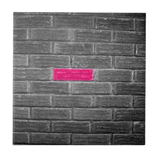 Rosa tegelsten i en svart- & vitvägg kakelplatta