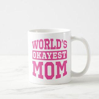 Rosa världs mugg för klassiker för Okayest mamma