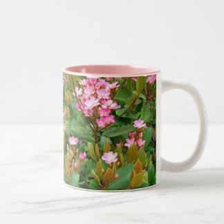 rosablommor, grönt lämnar kaffemuggen Två-Tonad mugg