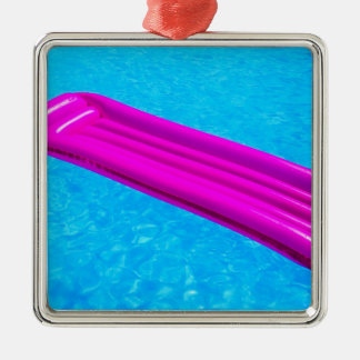 Rosaluftmadrass på vatten av simbassängen julgransprydnad metall
