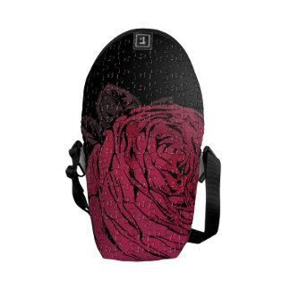 Rosasvartpussel steg kurir väskor
