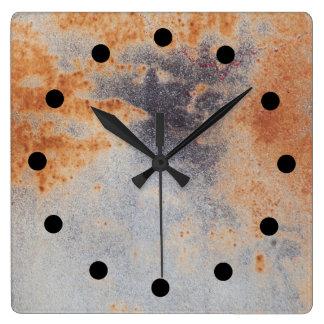 Rostig grunge tar tid på fyrkantig klocka