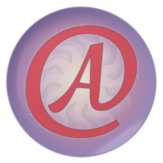 """Rött """"A"""" på purpurfärgad tallrikar"""