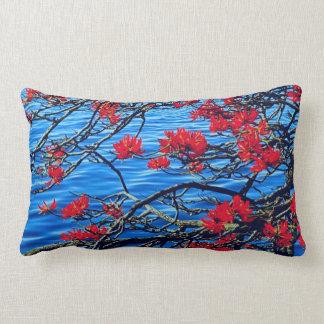 Rött flöda för blomma och för floden dämpar lumbarkudde