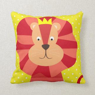 Rött lejont på gul Polka pricker dekorativ kudde
