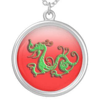 Rött och grönt drakehänge silverpläterat halsband