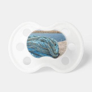 Rullade ihop blått som förtöjer repet på vatten i napp