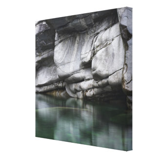 Rundad stenklippa vid den Verzasca floden Canvastryck