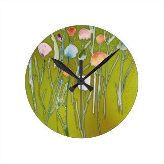 rundamedlet tar tid på med abstrakt vattenfärg rund klocka