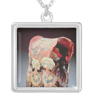 Sadeln täcker med griper som anfaller getter silverpläterat halsband