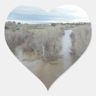 Salinasfloden som sedd från Templeton överbryggar Hjärtformat Klistermärke