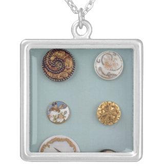 Samlingen av knäppas silverpläterat halsband