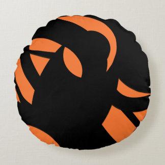 Samtida konstorange/svart rund kudde