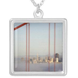 San Francisco i dimma till och med den guld- Silverpläterat Halsband