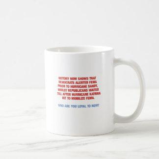 Sandig orkan och Katrina politik Kaffemugg