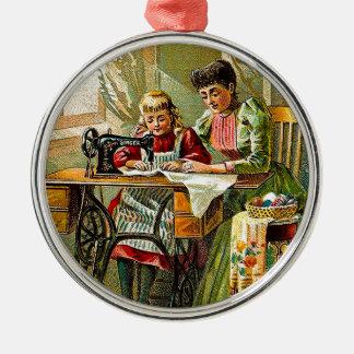 """Sångaresymaskin """"vintage för den första kursen"""" julgransprydnad metall"""