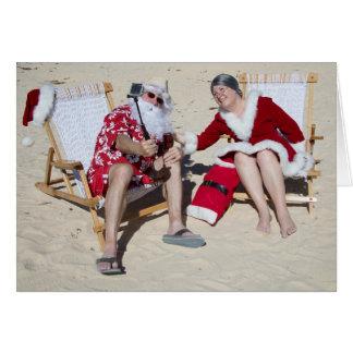 Santa och Fru Claus som tar selfie på strand Hälsningskort