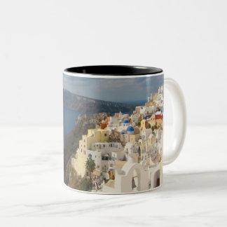 Santorini i eftermiddagsolen Två-Tonad mugg