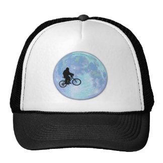 Sasquatch/Bigfoot på cykeln i himmel med Keps