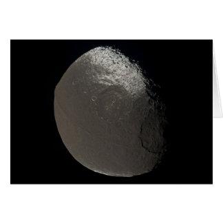 Saturns 3rd största måne Iapetus som tas av Hälsningskort