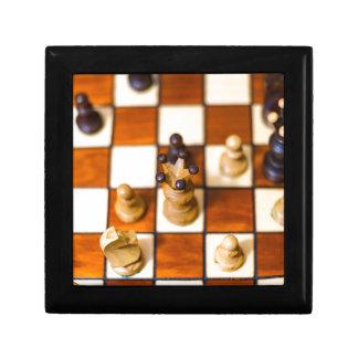 Schachbrett mit-Dame im Vordergrund Smyckeskrin