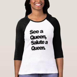 Se en drottning, salutera drottningkvinna T-tröja